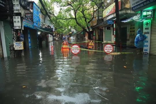 Hà Nội ngập sâu, sinh hoạt của người dân đảo lộn sau cơn mưa lớn - Ảnh 6.