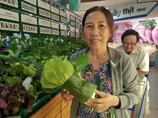 Thực phẩm gói bằng lá chuối ở siêu thị hút khách