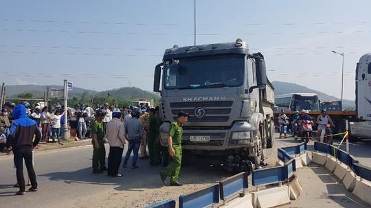 Đà Nẵng: Va chạm với xe ben, một phụ nữ đi trên xe tay ga chết thảm - Ảnh 1.