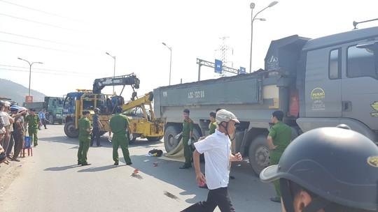 Đà Nẵng: Va chạm với xe ben, một phụ nữ đi trên xe tay ga chết thảm - Ảnh 2.