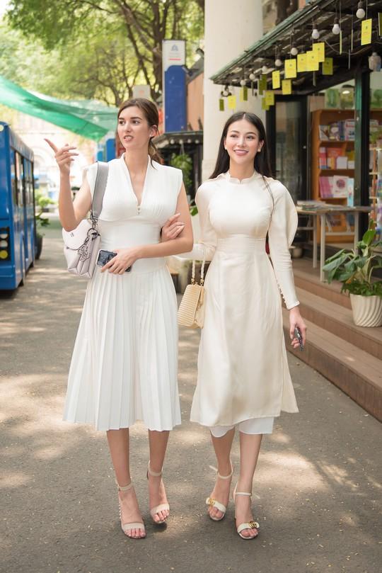 Hoa hậu và Á hậu Trái Đất đi chợ Bến Thành - Ảnh 6.