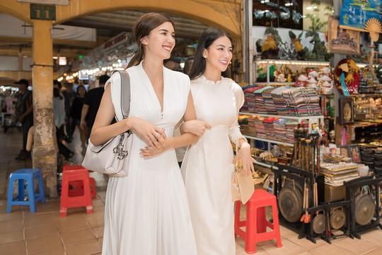 Hoa hậu và Á hậu Trái Đất đi chợ Bến Thành - Ảnh 7.