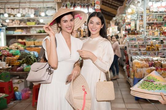 Hoa hậu và Á hậu Trái Đất đi chợ Bến Thành - Ảnh 4.