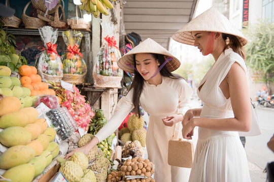 Hoa hậu và Á hậu Trái Đất đi chợ Bến Thành - Ảnh 3.