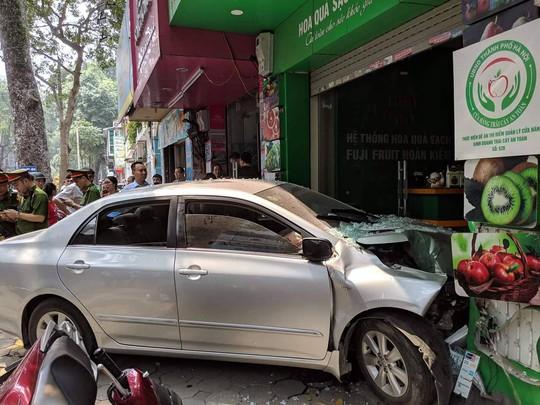 Xế hộp do nữ tài xế điều khiển bất ngờ lao thẳng vào cửa hàng ở Hà Nội - Ảnh 6.