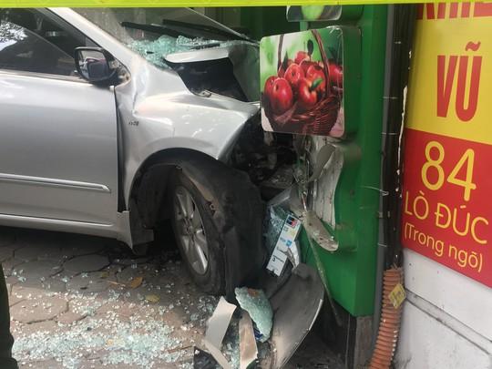 Xế hộp do nữ tài xế điều khiển bất ngờ lao thẳng vào cửa hàng ở Hà Nội - Ảnh 7.