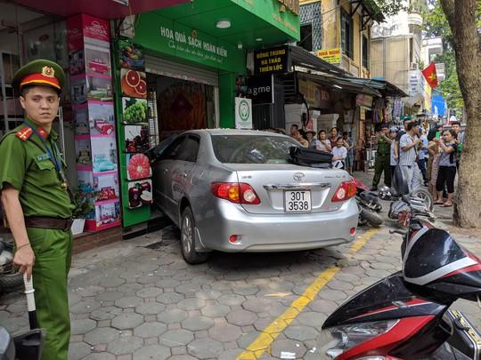 Xế hộp do nữ tài xế điều khiển bất ngờ lao thẳng vào cửa hàng ở Hà Nội - Ảnh 2.