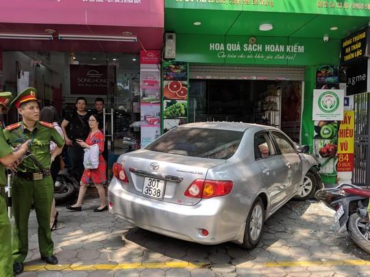 Xế hộp do nữ tài xế điều khiển bất ngờ lao thẳng vào cửa hàng ở Hà Nội - Ảnh 1.