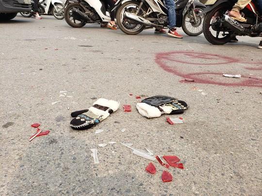 Clip khoảnh khắc nữ tài xế đạp nhầm chân ga, xe Mercedes tông hàng loạt xe chờ đèn đỏ - Ảnh 7.