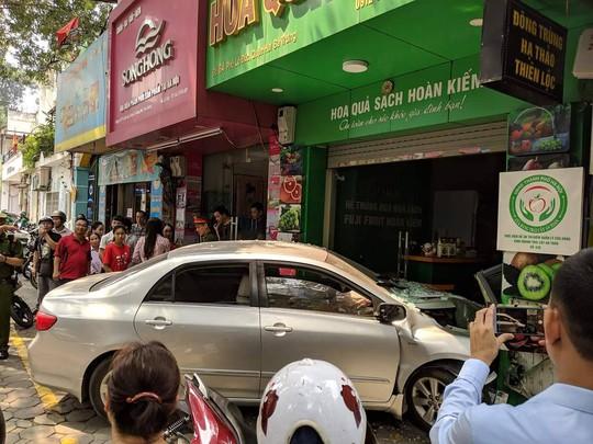 Xế hộp do nữ tài xế điều khiển bất ngờ lao thẳng vào cửa hàng ở Hà Nội - Ảnh 4.