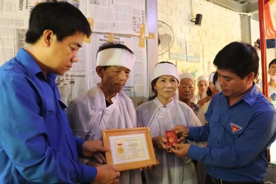 Truy tặng Huy hiệu Tuổi trẻ dũng cảm cho thanh niên hy sinh cứu 2 sinh viên đuối nước - ảnh 1