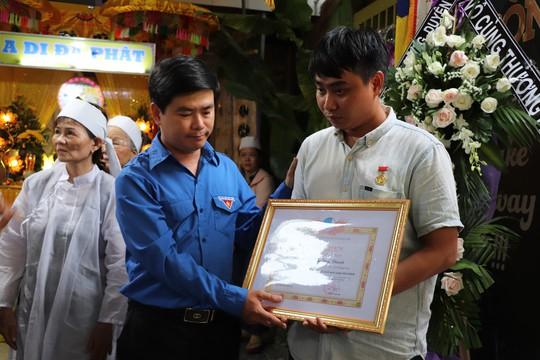 Truy tặng Huy hiệu Tuổi trẻ dũng cảm cho thanh niên hy sinh cứu 2 sinh viên đuối nước - ảnh 4