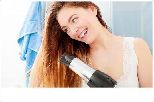 4 mẹo nhỏ giúp mái tóc không bị bết dính vào mùa hè - Ảnh 1.