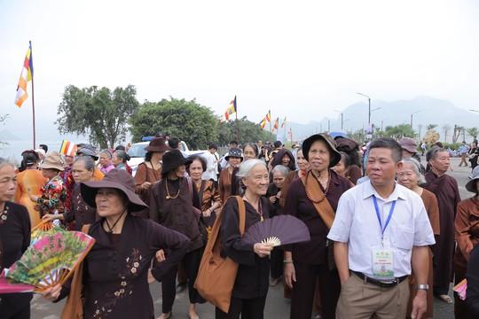 Hạng vạn người đổ về chùa Tam Chúc mừng đại lễ Phật đản Vesak 2019 - Ảnh 11.
