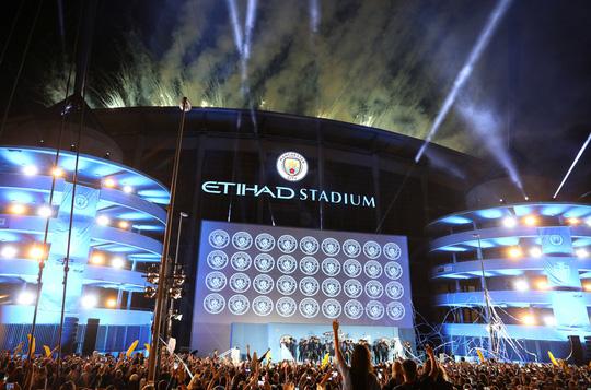 Tưng bừng đêm đăng quang, Man City rước cúp về Etihad - Ảnh 18.