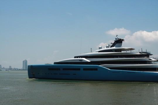 Ngắm du thuyền 150 triệu USD của ông chủ CLB Tottenham cập cảng Tiên Sa - Ảnh 1.