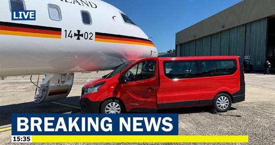 Máy bay chở Thủ tướng Đức Angela Merkel bất ngờ gặp nạn - Ảnh 1.