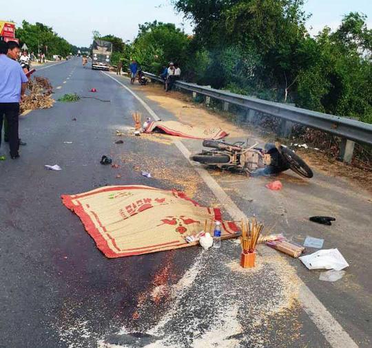 Xe tải tông xe máy, 2 người tử vong - Ảnh 1.