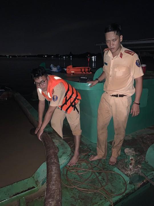 CSGT nổ súng bắt hai cát tặc âm mưu nhấn chìm sà lan trên sông Đồng Nai - Ảnh 1.
