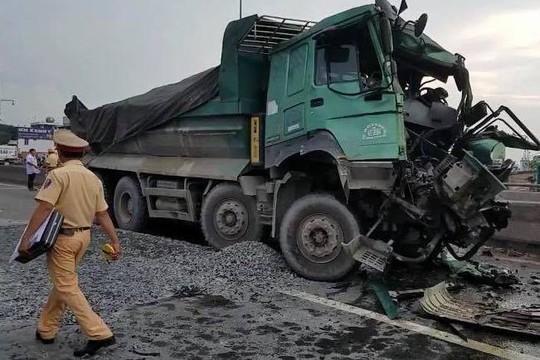 Tai nạn kinh hoàng giữa xe ben và xe tải trên cầu vượt An Sương - Ảnh 1.