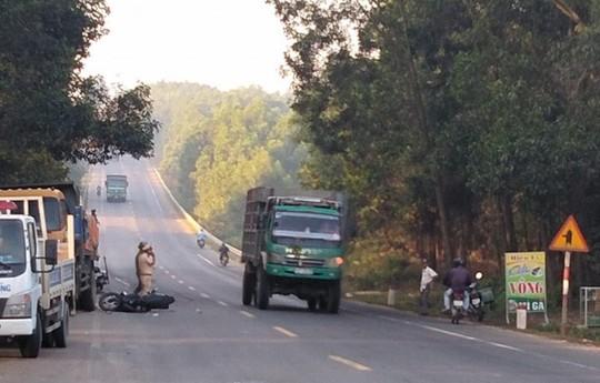 Xe máy tông xe tải, 2 nam thanh niên trọng thương - Ảnh 1.