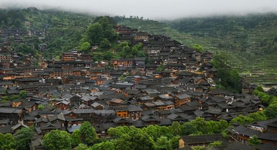 Làng cổ 1.700 tuổi của dân tộc Miêu ở Trung Quốc - Ảnh 1.