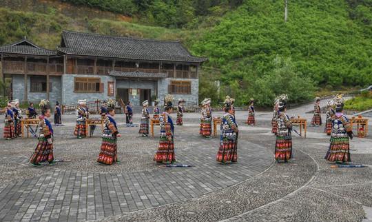 Làng cổ 1.700 tuổi của dân tộc Miêu ở Trung Quốc - Ảnh 5.