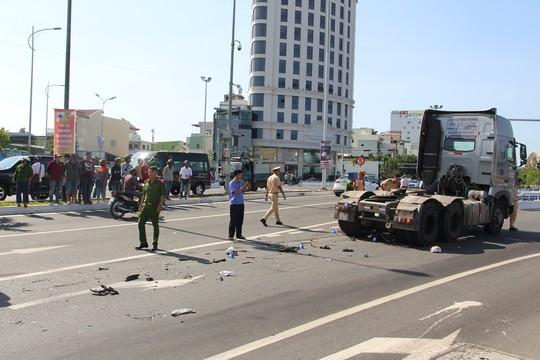 Nam công nhân chết thảm dưới gầm xe container trên đường phố - Ảnh 1.