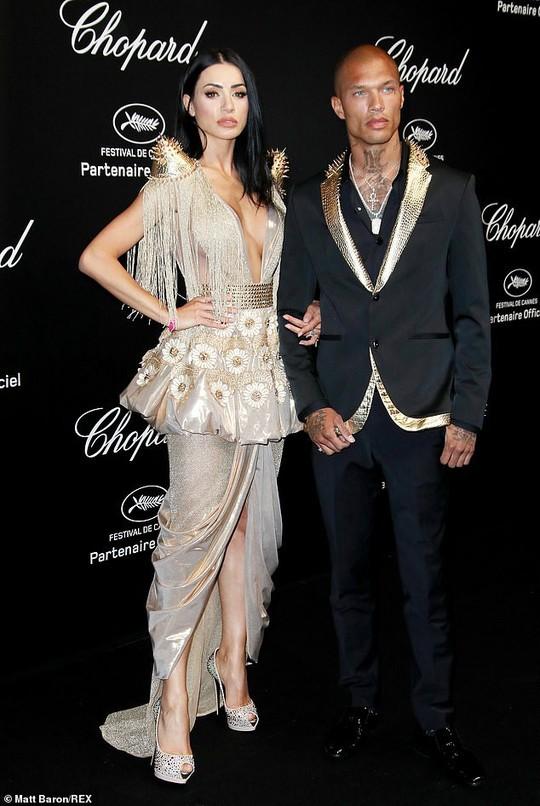 Cựu Hoa hậu Thế giới diện đầm tím, tình tứ cùng chồng ở tiệc Chopard - ảnh 10