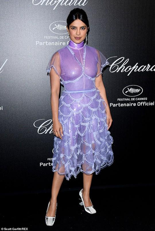 Cựu Hoa hậu Thế giới diện đầm tím, tình tứ cùng chồng ở tiệc Chopard - ảnh 1