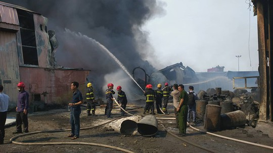 Cháy lớn, thiêu rụi hàng ngàn m2 nhà xưởng công ty sản xuất bao bì nhựa - Ảnh 3.