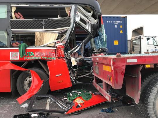 TP HCM: Xe khách biến dạng sau cú tông xe container, 1 người chết - Ảnh 2.