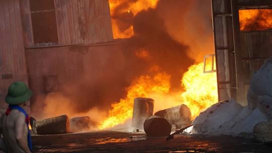 Cháy lớn, thiêu rụi hàng ngàn m2 nhà xưởng công ty sản xuất bao bì nhựa - Ảnh 1.