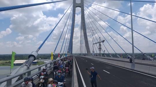 Người dân nô nức lưu thông qua cầu Vàm Cống - Ảnh 6.