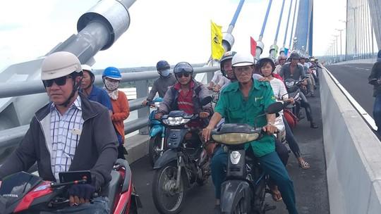 Người dân nô nức lưu thông qua cầu Vàm Cống - Ảnh 5.