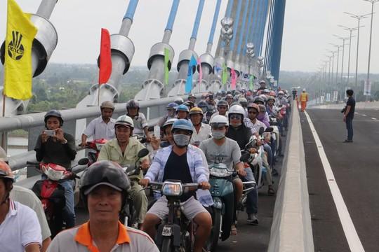 Người dân nô nức lưu thông qua cầu Vàm Cống - Ảnh 15.