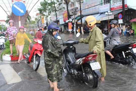 Sau cơn mưa trắng trời, CSGT Bạc Liêu giúp dân di chuyển trong biển nước - Ảnh 11.