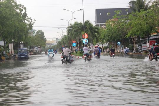 Sau cơn mưa trắng trời, CSGT Bạc Liêu giúp dân di chuyển trong biển nước  - Ảnh 2.