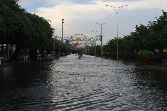 Sau cơn mưa trắng trời, CSGT Bạc Liêu giúp dân di chuyển trong biển nước  - Ảnh 3.