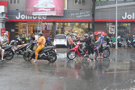 Sau cơn mưa trắng trời, CSGT Bạc Liêu giúp dân di chuyển trong biển nước  - Ảnh 4.