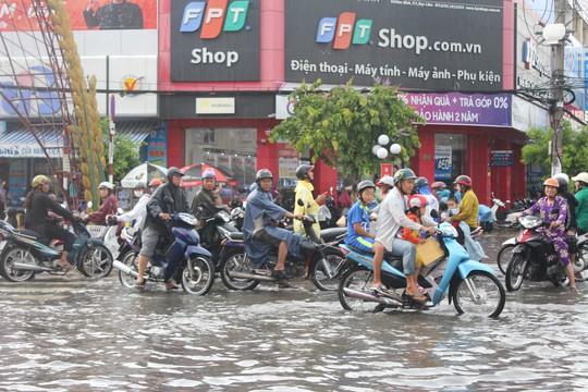 Sau cơn mưa trắng trời, CSGT Bạc Liêu giúp dân di chuyển trong biển nước  - Ảnh 5.
