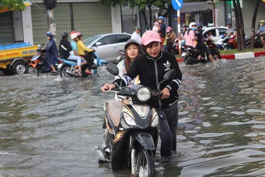 Sau cơn mưa trắng trời, CSGT Bạc Liêu giúp dân di chuyển trong biển nước - Ảnh 7.