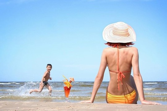 Bí quyết da không bị đen khi đi tắm biển dành cho các nàng - Ảnh 1.