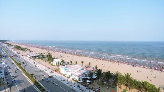 Đón hơn 70 vạn lượt khách trong Đại lễ, du lịch Sầm Sơn bội thu - Ảnh 1.