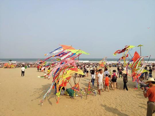 Đón hơn 70 vạn lượt khách trong Đại lễ, du lịch Sầm Sơn bội thu - Ảnh 2.