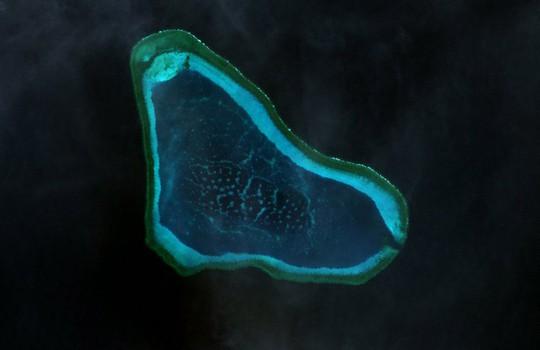 Tàu khu trục Mỹ đến gần bãi cạn do Trung Quốc chiếm đóng ở biển Đông - Ảnh 2.