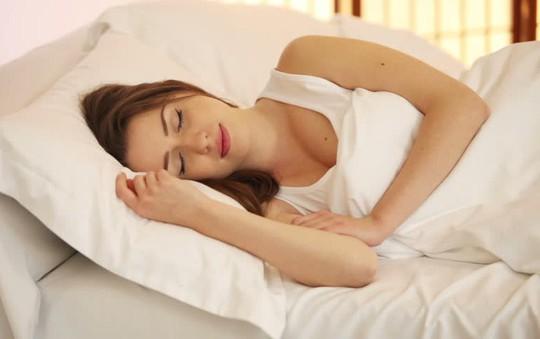 Hết mất ngủ sau 1 tuần nhờ động tác đơn giản đến khó tin - Ảnh 1.