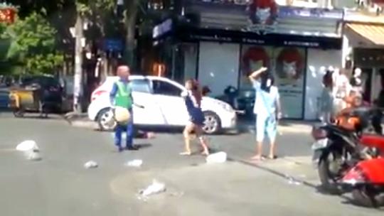 Chị lao công bị đánh vì nhắc nhở cô chủ shop áo quần vứt rác bừa bãi - Ảnh 2.