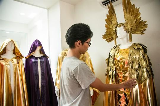 Trang phục cho show nghệ thuật Vũ hội Ánh Dương được làm cầu kỳ ra sao? - Ảnh 4.
