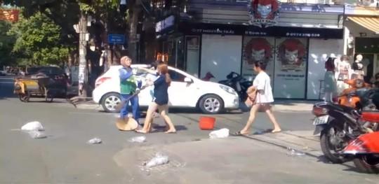 Vụ chị lao công bị đánh vì nhắc nhở xả rác: Chủ shop đã nộp phạt - Ảnh 1.